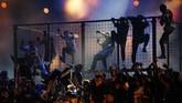 Panggung Grammy Awards 2019 sempat 'rusuh' gara-gara penampilan Travis Scott dalam kerangkeng dan dikelilingi puluhan orang. (REUTERS/Mike Blake)