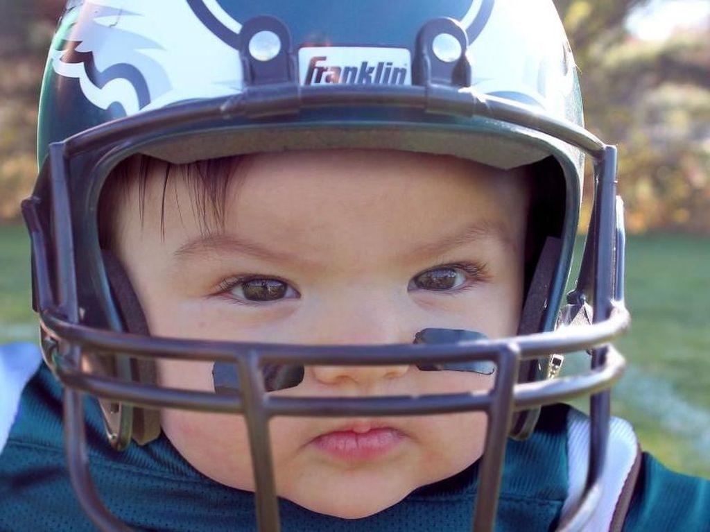 Wajah serius Ella di dalam helm saat bermain football. Istimewa/Dok. Boredpanda.