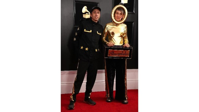 Andrea Echeverry mungkin ingin mengajak piala Grammy untuk jalan bergandengan bersamanya ke rumah. REUTERS/Lucy Nicholson