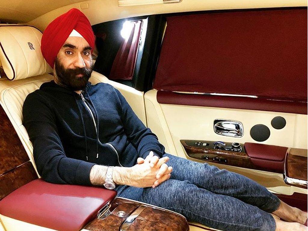 Gaya Singh di dalam mobil mewah. Nuansawarnanya senada dengan serbannya. Foto: Instagram/Reuben Singh