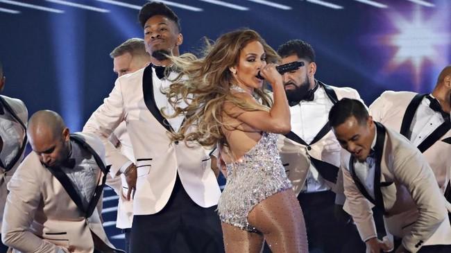 Seperti biasanya, Jennifer Lopez menampilkan aksi sensual, termasuk dalam Grammy Awards 2019.(REUTERS/Mike Blake)