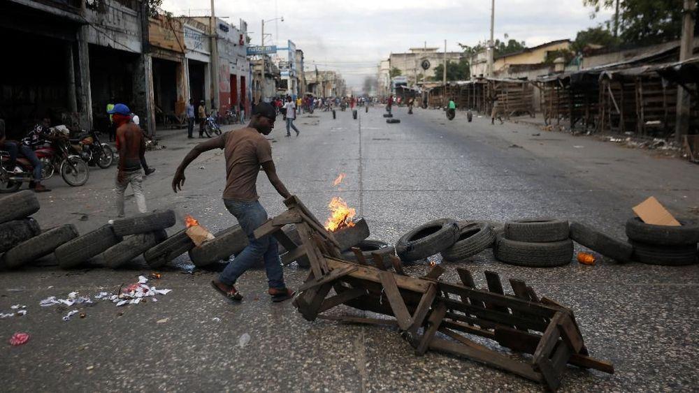 Merekamemprotes kenaikan inflasi dan menuntut pengunduran diri Presiden Jovenel Moise dalam peringatan dua tahun kepemimpinannya. (REUTERS/Jeanty Junior Augustin)