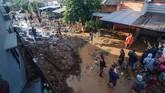 Banjir bandang terjadi akibat jebolnya tanggul penahan air sungai saat hujan deras pada Sabtu (9/2) malam. Korban yang tewas tak sempat menyelamatkan diri dari air yang datang tiba-tiba.(ANTARA FOTO/Raisan Al Farisi/ama)
