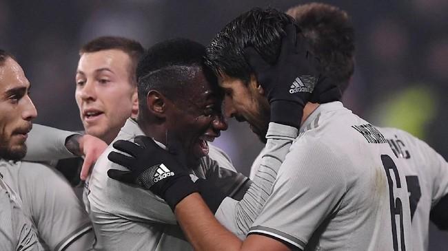 Sami Khedira merayakan gol bersama Blaise Matuidi.Keunggulan 1-0 untuk Juventus atas Sassuolo bertahan hingga akhir babak pertama. (REUTERS/Alberto Lingria)
