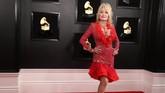 Dolly Parton memang punyanyali besar untuk tampil berani, tapi sayang gaun ini bukan pilihan tepat. REUTERS/Lucy Nicholson