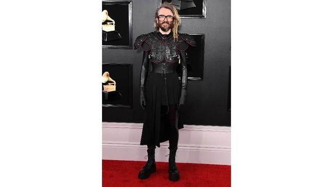Shawn Everett terlihat ingin menjaga perdamaian di karpet merah Grammy Awards 2019 yang terbawa mesin waktu dari abad pertengahan. Jon Kopaloff/Getty Images/AFP