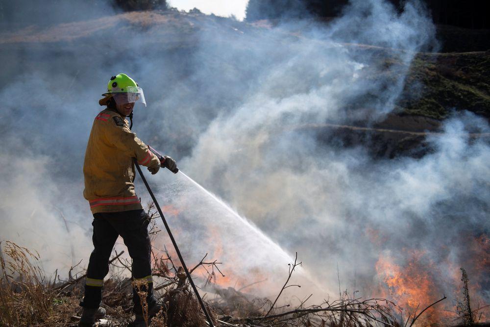 Warga yang tinggal dekat dengan sumber api harus tetap mempersiapkan segala akomodasi darurat hingga pemberitahuan lebih lanjut. (Chad Sharman/New Zealand Defence Force/Handout via REUTERS)