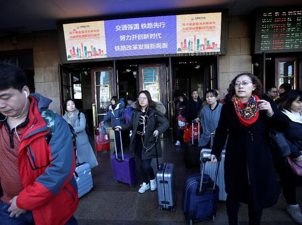Suasana di depan Stasiun Kereta Api Beijing pasca libur Imlek. REUTERS/Jason Lee.