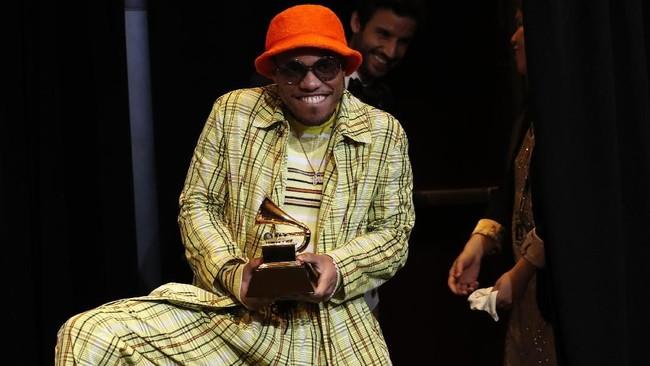 Musisi Anderson Paak tak dapat menyembunyikan kegembiraannya membawa pulang piala Grammy untuk kategori Best Rap Performance atas lagu 'Bubblin'. (REUTERS/Mario Anzuoni)