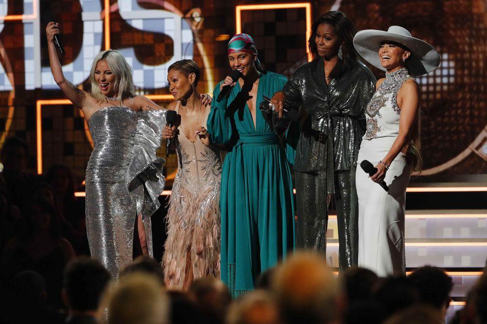 Istri Presiden Amerika Serikat ke-44, Michelle Obama (kedua kanan) bersama Lady Gaga, Jennifer Lopez, Alicia Keys, dan Jada Pinkett Smith. Istri Barack Obama tersebutmengatakan,