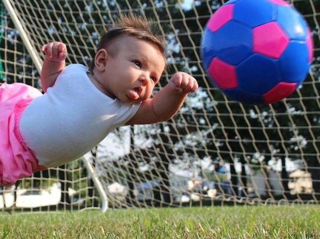 Si serba bisa Ella saat menjadi kiper mencoba menghalau bola agar tak kebobolan. Istimewa/Dok. Boredpanda.