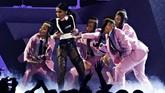 Musisi Janelle Monae tak mau kalah dalam memeriahkan Grammy Awards 2019 yang berlangsung di Staples Center, Los Angeles, Minggu (10/2).(REUTERS/Mike Blake)