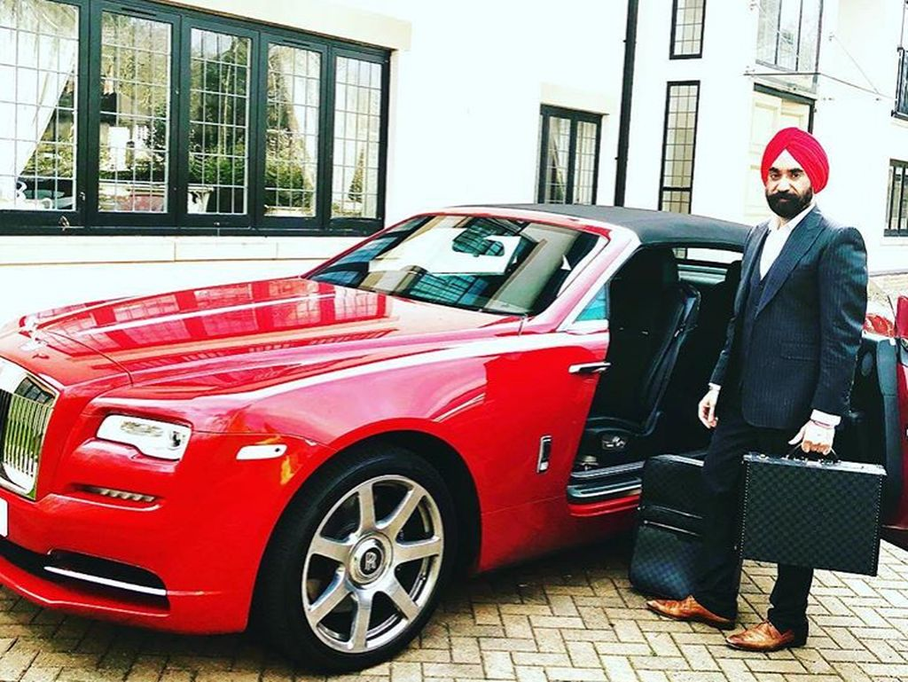 Itu adalah pembelian yang cukup besar bagi siapa pun mengingat Cullinan sendiri berharga sekitar USD 325.000 atau Rp 4,5 miliar, sedangkan Phantom dijual seharga USD 450,000 atau sekitar Rp 6,2 miliar. Jika ditotal ditaksir harganya tembus Rp 32 miliar. Foto: Instagram/Reuben Singh