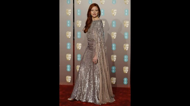 Model Jerman Barbara Meier memukau di karpet merah Bafta 2019 dengan gaun perak dan cape backless.  (Photo by Tolga AKMEN / AFP)