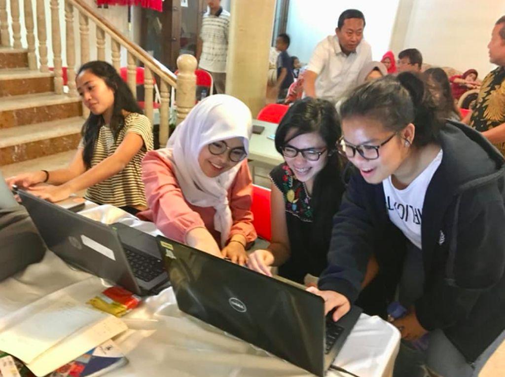 Selain belajar coding membuat aplikasi untuk anak-anak. KBRI Muscat juga menggelar acara ngobrol santai bersama Onno W Purbo. Foto: KBRI Muscat, Oman