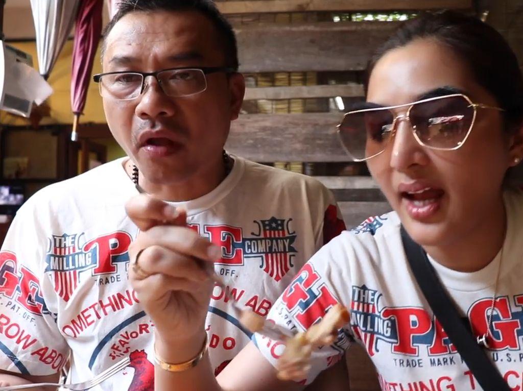 Masih di Thailand, Anang beserta Ashanty mencicip ayam panggang di Bangkok. Cherng Doi Roast Chicken di Ciang Mai menjadi tempat makan yang populer di sini. Foto: YouTube The Hermansyah A6