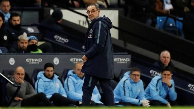 Maurizio Sarri memberi instruksi kepada pemain Chelsea, sementara manajer dan staf pelatih Manchester City duduk di bangku cadangan. (Action Images via Reuters/Carl Recine)