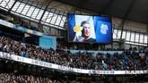 Duka atas kepergian Emiliano Sala turut terpampang dalam layar besar di Stadion Etihad jelang laga Manchester City vs Chelsea, Minggu (10/2). (Action Images via Reuters/Carl Recine)