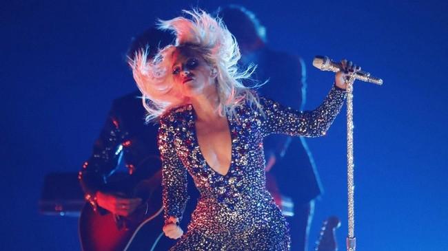 Lady Gaga harus tampil solo membawakan 'Shallow' karena Bradley Cooper menghadiri BAFTA 2019. Namun karena ditinggal Cooper, Gaga tampil 'gahar' seperti biasanya.(REUTERS/Mike Blake)