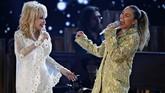 Salah satu sesi penghormatan dalam Grammy Awards 2019 adalah tribut untuk Dolly Parton. Sejumlah musisi ikut ambil bagian, seperti Miley Cyrus. Keduanya membawakan 'Jolene'. (REUTERS/Mike Blake)