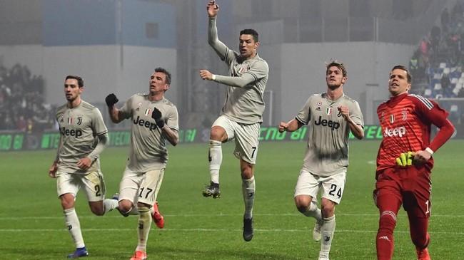 Sejumlah pemain JuventusMattia De Sciglio, Mario Mandzukic, Cristiano Ronaldo, Daniele RuganidanWojciech Szczesny merayakan kemenangan atas Sassuolo. Juventus saat ini unggul 11 poin atas Napoli di puncak klasemen Liga Italia. (Miguel MEDINA / AFP)