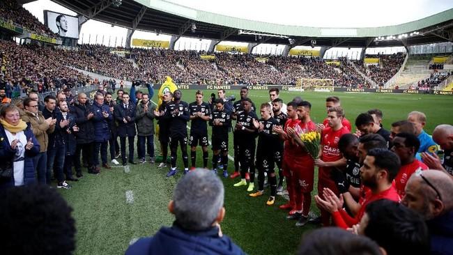 Para pemain Nantes and Nimes Olympique bertepuk tangan sebagai tanda penghormatan kepada Sala. (REUTERS/Stephane Mahe)