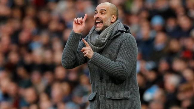 Unggul cepat dengan jumlah gol yangbanyak tidak membuat Pep Guardiola tenang. Manajer asal Spanyol itu sesekali masih memberi instruksi di pinggir lapangan. (REUTERS/Phil Noble)