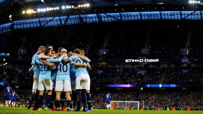 Aguero merayakan hattrick bersama pemain-pemain Man City di lapangan. (REUTERS/Phil Noble)