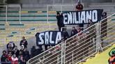 Kain hitam bertuliskan Emiliano Sala dibentangkan beberapa suporter dalam laga Nantes vs Nimes. (REUTERS/Stephane Mahe)