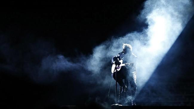 Nomine penghargaan utama Grammy Awards, Post Malone menampilkan lagu Rockstar. Sebelum naik ke atas panggung, Malone sempat bernyanyi di antara labirin panggung ajang tersebut. (REUTERS/Mike Blake)