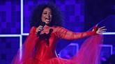 Penampilan spesial Grammy Awards 2019, Minggu (10/2) malam, juga datang dari penyanyi legendaris Diana Ross yang membawakan sejumlah lagu hitnya di dekade 60-an. (REUTERS/Mike Blake)