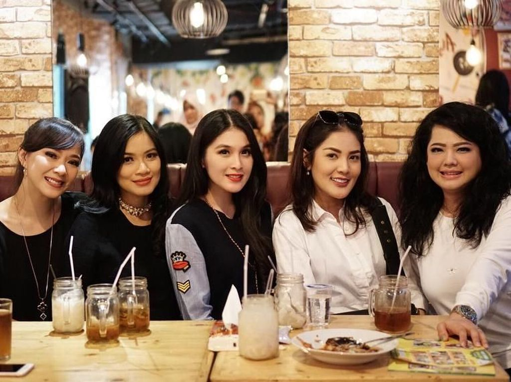 Mampir ke restoran milik Titi Kamal, Yanita bersama teman-teman yang lainnya mencicipi ayam jerit buatan Titi di sana. Foto: Instagram @yuanitachrist