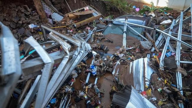 Sejumlah rumah hancur diterjang bannjir bandang di Komplek Jati Endah Regency, Pasir Jati, Cilengkrang, Kabupaten Bandung, Jawa Barat. (ANTARA FOTO/Raisan Al Farisi)