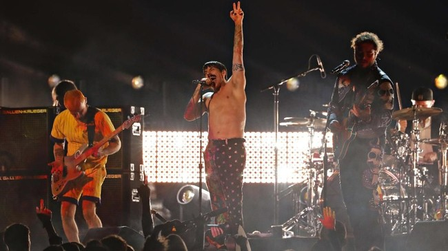 Band era 90-an, The Red Hot Chili Pappers tampil di atas panggung Grammy Awards 2019. Band pelantun hit 'Califonication' itu berduet dengan Post Malone. (REUTERS/Mike Blake)