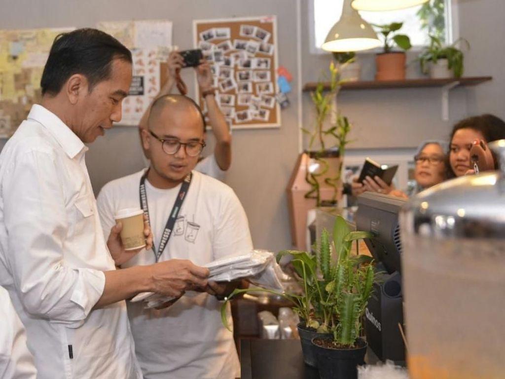 Tahun 2017 lalu, Jokowi bersama Ibu Negara, Iriana serta Kahiyang Ayu dan Kaesang Panagarep mampir ke toko kopi mungil di Cipete bernama Kopi Tuku. Saat itu, Jokowi memesan menu Kopi Susu Tetangga. Foto: Twitter Pramono Anung