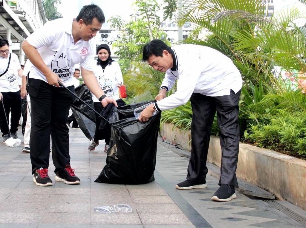 Ketua Umum Indonesia Plastic Recycles (IPR) Ahmad Nuzuludin ( kanan), Wakil Ketua IPR Amelia Maran (tengah) bersama sejumlah anggota IPR mengumpulkan sampah untuk didaur ulang, pada kegiatan Car Free Day di Jakarta, Minggu (10/2). Istimewa.
