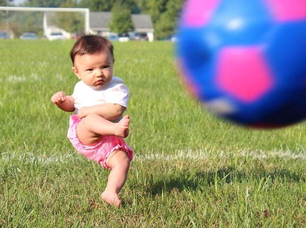 Tak hanya jago bermain skateboard, Ella juga handal menjadi penyerang saat bermain bola. Istimewa/Dok. Boredpanda.