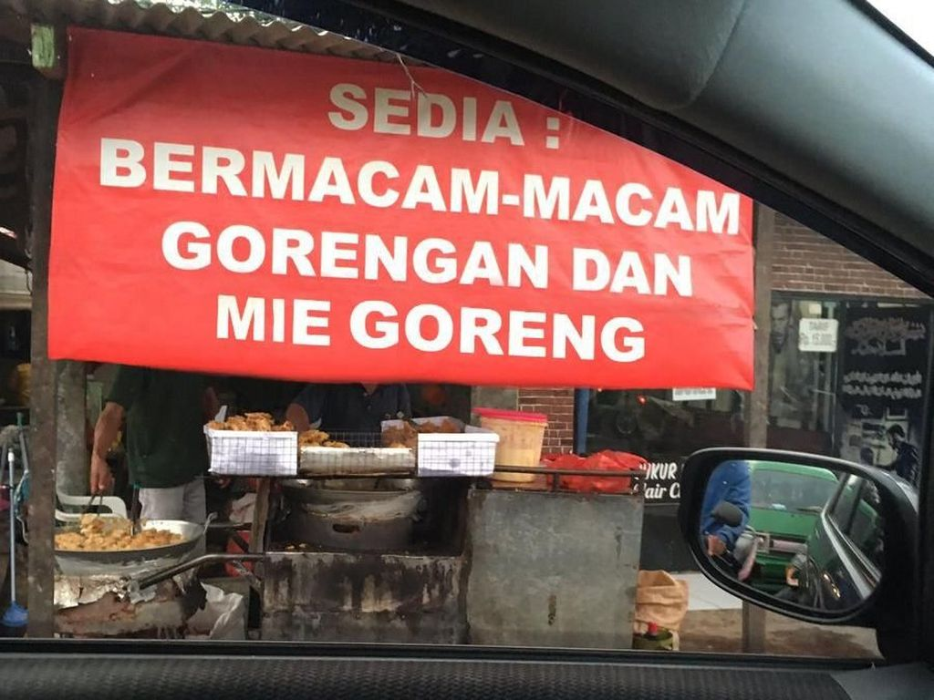 Namanya juga berkreasi, netizen bebas melanjutkan tulisan di spanduk ini. Di sini tertulis jual gorengan dan mie goreng. Foto: Twitter