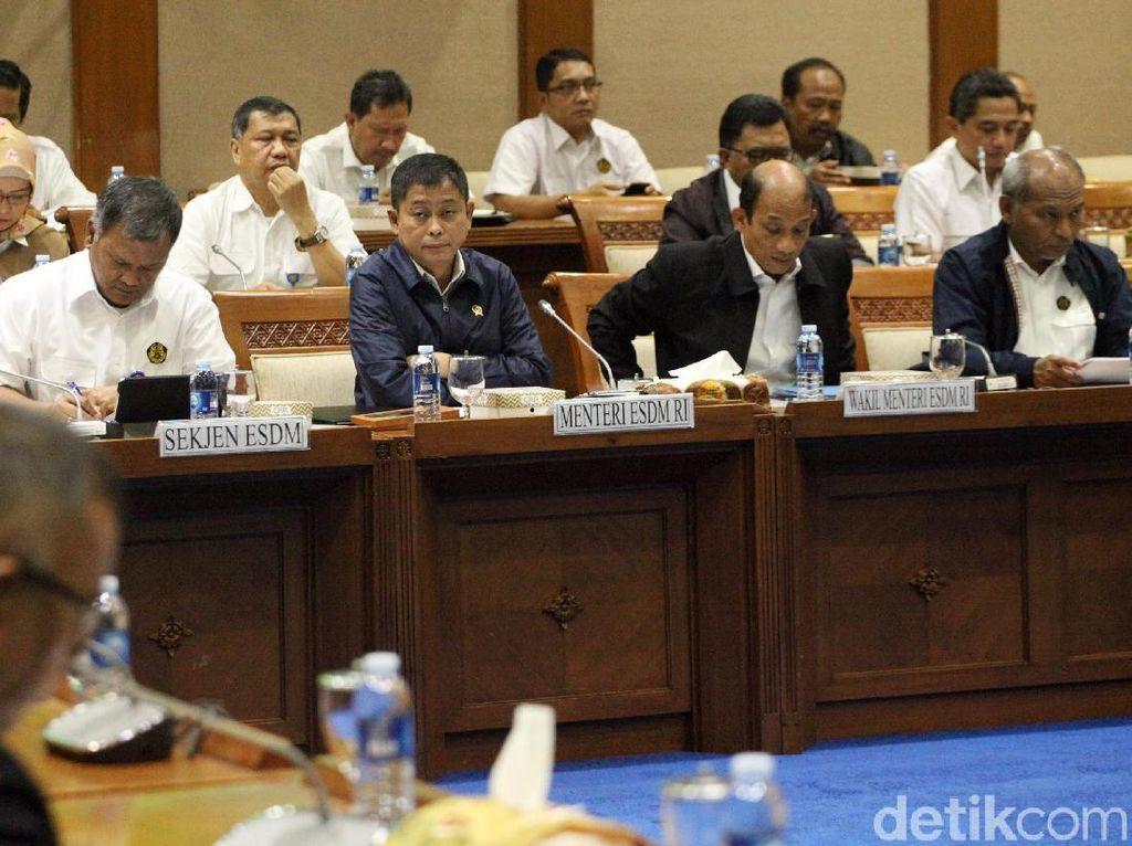 Kita melaksanakan raker dengan Menteri ESDM. Sesuai dengan undangan, berdasarkan jadwal pada hari ini Komisi VII melakukan raker, kata Pimpinan Rapat Komisi VII DPR Ridwan Hisjam di Komisi VII DPR, Jakarta, Senin (11/2/2019).