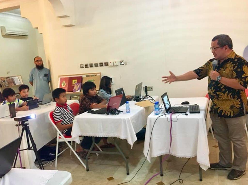 MIT App Inventor 2 menggunakan teknik programming yang mirip dengan LEGO, jadi memungkinkan anak-anak membuat sendiri dua aplikasi dalam waktu sekitar satu satu jam saja. Foto: KBRI Muscat, Oman