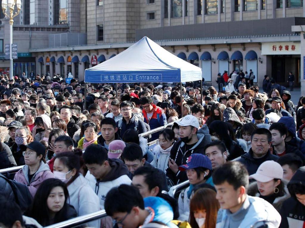 Begini penampakan ribuan warga yang berkumpul di luar Stasiun Kereta Api Beijing, Senin (11/2/2019). REUTERS/Jason Lee.