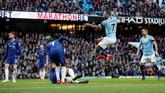 Pertandingan baru berjalan empat menit, Raheem Sterling sudah berhasil membawa Manchester City unggul atas Chelsea. (Action Images via Reuters/Carl Recine)