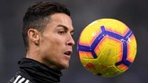 Cristiano Ronaldomenjalani pemanasan sebelum Juventus melawan Sassuolo di Stadion Mapei pada lanjutan Liga Italia, Senin (11/2) dini hari WIB.(REUTERS/Alberto Lingria)