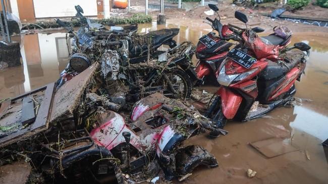 Sejumlah kendaraan turut jadi korban terjangan banjir bandang. ANTARA FOTO/Raisan Al Farisi