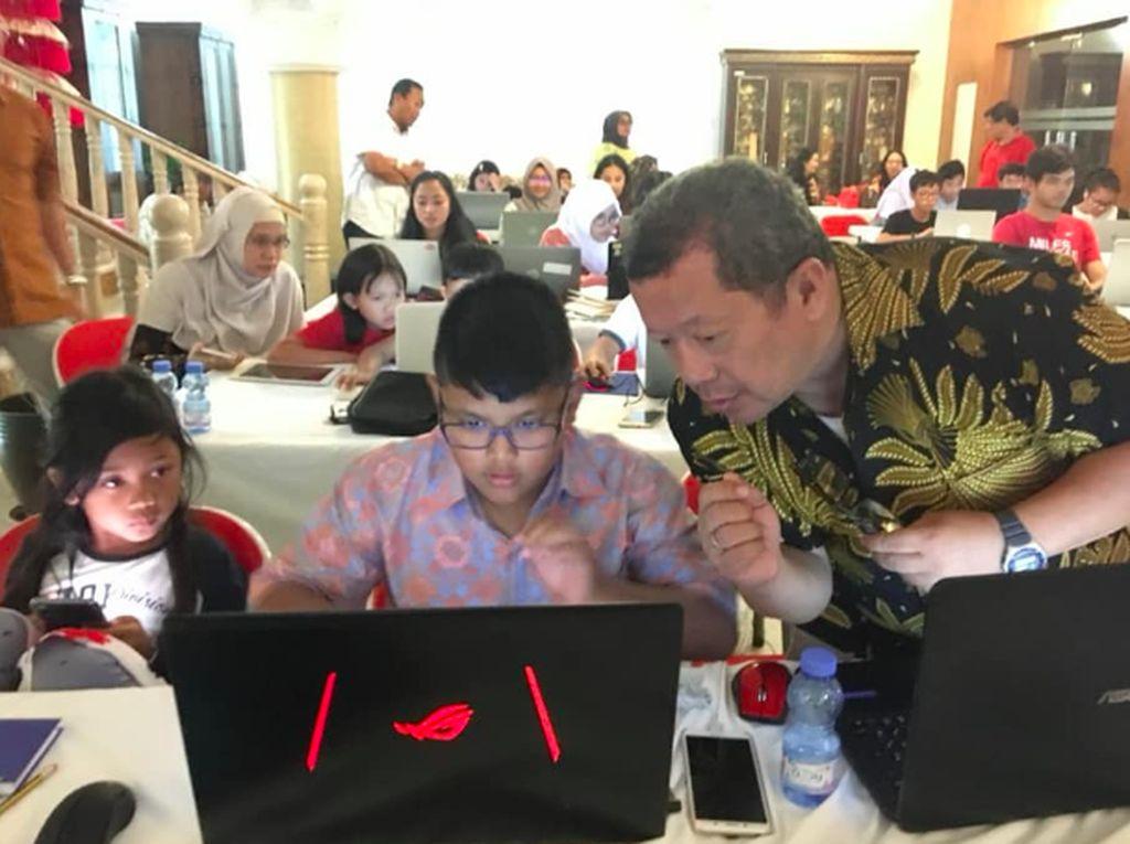 Begini aksi pak guru Onnodi depananak-anak Indonesia di Muscat pada 9 Februari 2019. Foto: KBRI Muscat, Oman