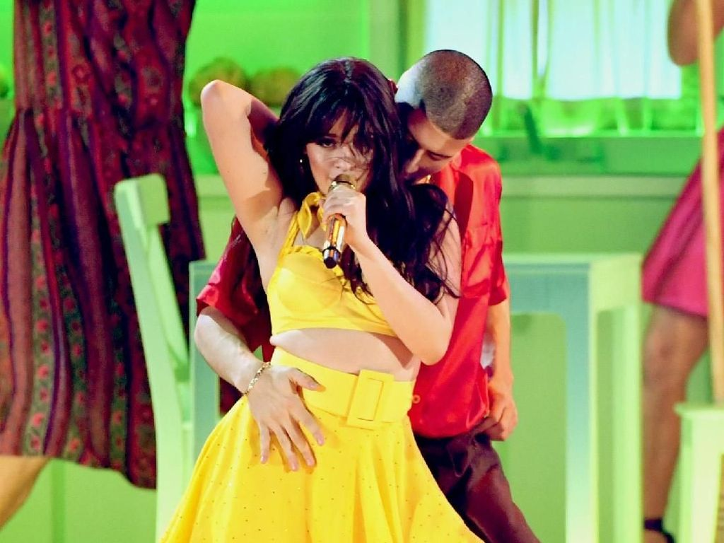 Camila Cabello membawakan Havana saat membuka Grammy Awards. Ia tampil seksi di atas panggung. Foto: Kevin Winter/Getty Images for The Recording Academy