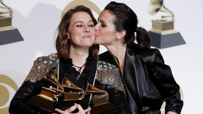 Musisi Brandi Carlile mendapatkan ciuman sayang dari istrinya, Catherine Shepherd setelah memenangkan tiga piala Grammy Awards 2019. (REUTERS/Mario Anzuoni)