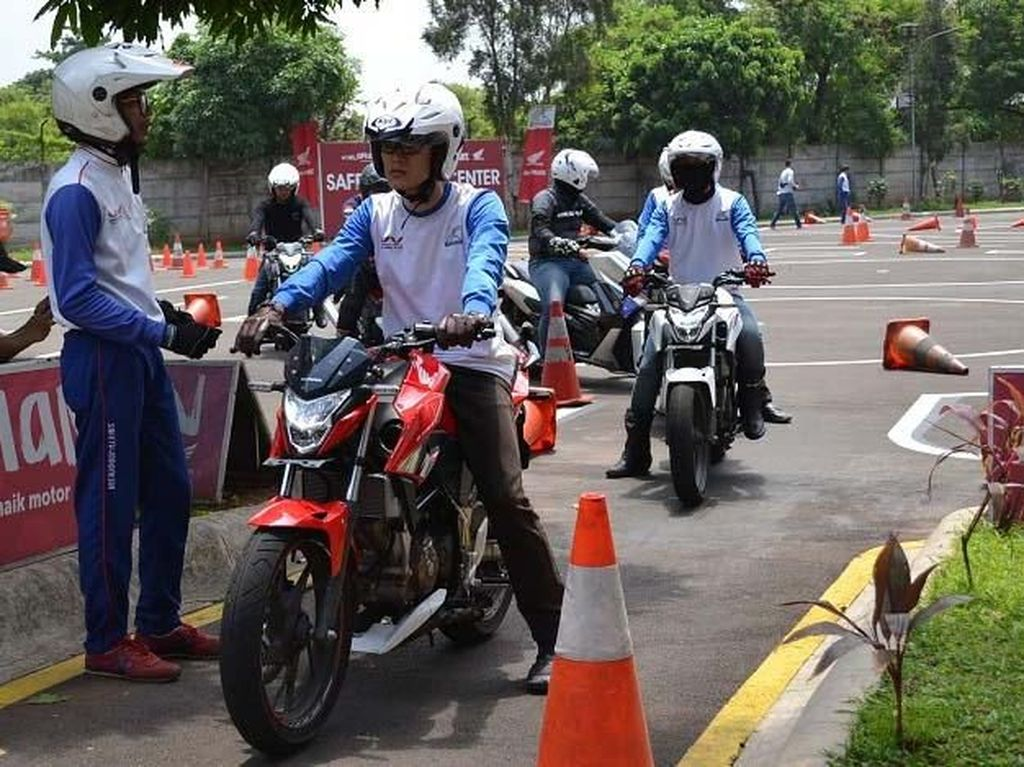 Sambut tahun baru imlek 2019, Safety Riding Promotion (SRP) Main Dealer sepeda motor Honda Jakarta Tangerang, PT. Wahana Makmur Sejati (WMS) ajak grup karyawan dan komunitas lebih peduli dengan keselamatan berkendara dengan tema unik 'Cari Aman Saat Cari Angpao' di safety riding center Wahana Jatake Tangerang. Pool/WMS.