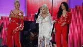 Selain Cyrus, Katy Perry dan Kacey Musgraves juga ikut ambil bagian menampilkan dalam sesi penghormatan atas karier Dolly Parton. (REUTERS/Mike Blake)
