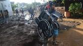 Seorang warga membawa kursi roda di komplek perumahan Jati Endah Regency, Pasir Jati, Cilengkrang, Kabupaten Bandung, Jawa Barat, pasca diterjang banjir bandang, Minggu (10/2/2019). ANTARA FOTO/Raisan Al Farisi/ama.